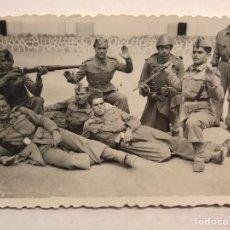 Fotografía antigua: MILITAR. FOTOGRAFÍA GRUPO DE SOLDADOS EN EL CUARTEL..... DEDICADA.. (H.1950?). Lote 210527368