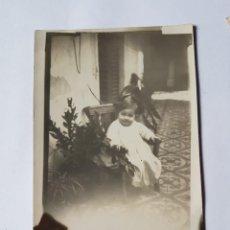 Fotografía antigua: NIÑA SENTADA EN EL PATIO, SILLITA. GIRL SITTING IN THE COURTYARD, CHAIR. FILLE ASSISE DANS LA COUR. Lote 210528413