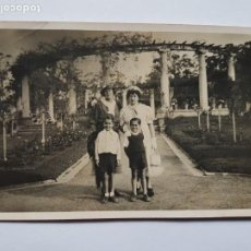 Fotografía antigua: MADRES E HIJOS EN EL ROSEDAL. MOTHERS AND CHILDREN, MÈRES ET ENFANTS, PRADO MONTEVIDEO URUGUAY. Lote 210528422