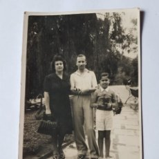 Fotografía antigua: FAMILIA EN EL PARQUE, FAMILLE DANS LE PARC,FAMILY IN THE PARK. Lote 210528458