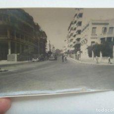 Fotografía antigua: PROTECTORADO : FOTO DE UNA CALLE DEL NORTE DE AFRICA, O CEUTA. COCHE DE EPOCA. DE ROS. Lote 211528386