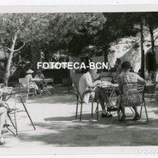 Fotografía antigua: FOTO ORIGINAL AIGUABLAVA RESTAURANTE CHIRINGUITO TURISTAS AÑO 1956 COSTA BRAVA. Lote 211694209