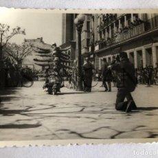 Fotografía antigua: FOTOGRAFIA ORIGINAL VESPA EXSIVICION. Lote 211905200