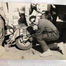 Fotografía antigua: FOTOGRAFIA ORIGINAL VESPA REPARANDO VESPA VOLTA A CATALUNYA 1967. Lote 211908795