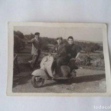 Fotografía antigua: FOTOGRAFIA DE TRES SRES. Y MOTO VESPA.. Lote 213126351