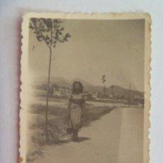 Fotografía antigua: FOTO DE MUJER PASEANDO POR EL CAMPA, AL FONDO SE VE EL PUEBO, SIN DATOS. Lote 213675212