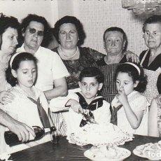 Fotografia antica: DÍA DE COMUNIÓN CON TARTA Y TRAJE DE MARINERO. FOTÓGRAFO LENCINA. AÑOS 60. SB. Lote 213718232