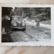 Fotografia antiga: ANTIGUA FOTOGRAFIA ALTO DE ALSASUA NAVARRA 1954 COCHE AUTOMOVIL MATRICULA DE MADRID 6,5 X5 CM. Lote 213802881