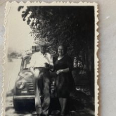 Fotografía antigua: ANTIGUA FOTOGRAFIA COCHE FIAT SEISCIENTOS VACA MALETA PAREJA POSANDO 5,6X4,4 CM. Lote 213803343