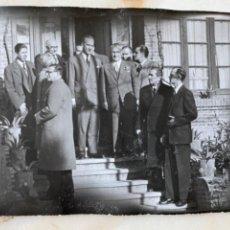 Fotografía antigua: FOTO ANTIGUA GRUPO EMPRESARIOS CABALLEROS TRAJE POSANDO EN ESCALERAS 12X9 CM. Lote 213812580