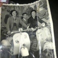 Fotografía antigua: ANTIGUA FOTOGRAFÍA MUJERES EN VESPA, AÑOS 50, GRANADA. Lote 214677977