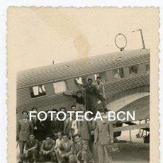 Fotografía antigua: FOTO ORIGINAL AERODROMO EL PRAT BARCELONA VISITA DE STUDIANTES AVION JUNKERS AÑOS 40. Lote 215072388