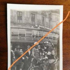 Fotografía antigua: FOTOGRAFÍA ANTIGUA DE BILBAO. CICLISTA BOTTECCHIA E IBÁÑEZ. VUELTA AL PAÍS VASCO. FOTO AÑO 1925.. Lote 216011420