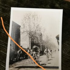 Fotografía antigua: FOTOGRAFÍA ANTIGUA DE SABADELL. CARRERA CICLISTA. FOTO AÑO 1926.. Lote 216013856
