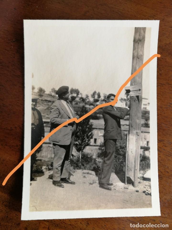 FOTOGRAFÍA ANTIGUA. PUEBLO DE GIRONELLA. BARCELONA. COLOCANDO PANCARTAS INDICADORAS. FOTO AÑO 1929. (Fotografía Antigua - Fotomecánica)