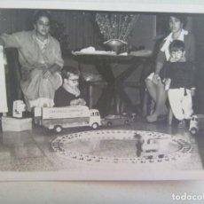 Fotografia antica: FOTO DE NIÑOS CON JUGUETES: TREN , CAMION , ETC . POSIBLEMENTE LA MAÑANA DE REYES. Lote 217282940
