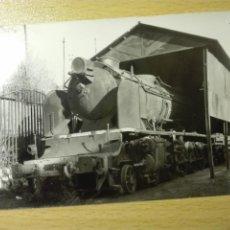Fotografía antigua: 3004 - FOTO - LOCOMOTORA VAPOR REMFE 241 4001 - PAPEL NEGRA - 1975 - TREN FERROCARRIL. Lote 217864422