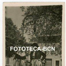 Fotografía antigua: FOTO ORIGINAL PAREJA CON TRAJE REGIONAL POSIBLEMENTE MALLORCA BALEARES AÑOS 40. Lote 218208077