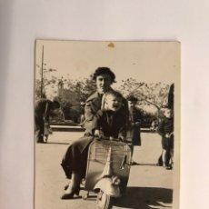 Fotografia antica: NIÑOS CON VESPA. FOTOGRAFÍA ANTIGUA, PASEO DE LA ALAMEDA, VALENCIA (H.1960?). Lote 218333426