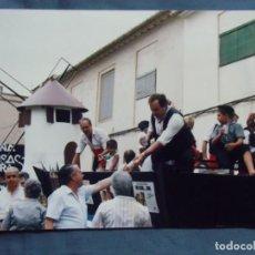 Fotografía antigua: JUMILLA(MURCIA)FIESTAS DEL VINO,AÑOS 80. PEÑA BLUSAS NEGRAS.. Lote 218534863