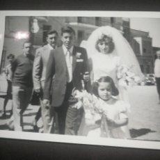Fotografía antigua: ANTIGUA FOTOGRAFÍA FAMILIAR, BODA, CARTEL LUMINOSO PHILIPS FONDO. Lote 218539347