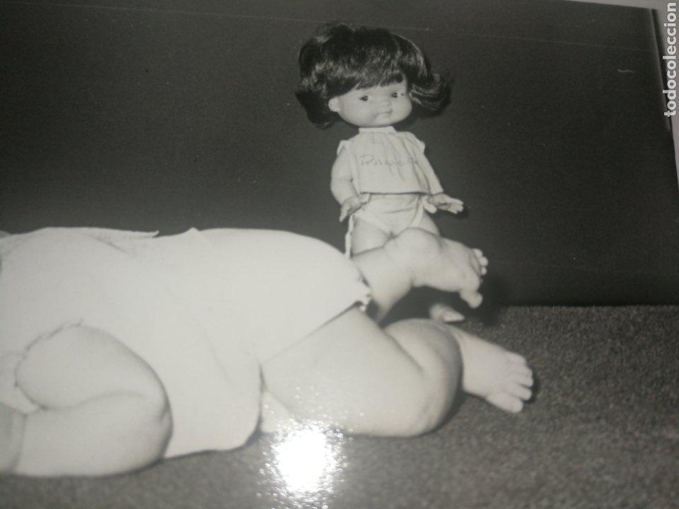Fotografía antigua: Antigua fotografía años 70,con MUÑECA RAPAZIÑA, de FAMOSA. - Foto 2 - 218540678