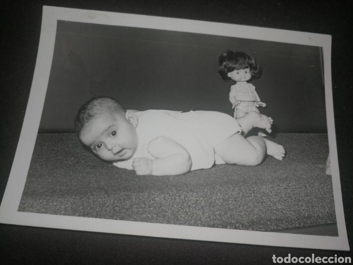 ANTIGUA FOTOGRAFÍA AÑOS 70,CON MUÑECA RAPAZIÑA, DE FAMOSA. (Fotografía Antigua - Fotomecánica)