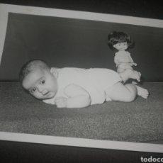 Fotografía antigua: ANTIGUA FOTOGRAFÍA AÑOS 70,CON MUÑECA RAPAZIÑA, DE FAMOSA.. Lote 218540678