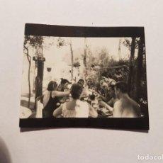 Fotografía antigua: GENTE ALMORZANDO, PEOPLE HAVING LUNCH, PERSONNES DÎNER, PEQUEÑA FOTO. SMALL PHOTO. PETITE PHOTO.. Lote 218649362