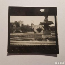 Fotografía antigua: FUENTE EN LA PLAZA, FONTAINE FOUNTAIN PEQUEÑA FOTO. SMALL PHOTO. PETITE PHOTO.. Lote 218649410