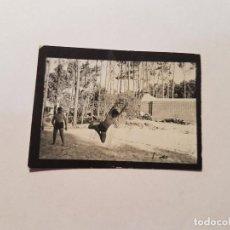 Fotografía antigua: VOLLEYBALL JUEGO CON TORSO DESNUDO, PEQUEÑA FOTO. SMALL PHOTO. PETITE PHOTO. JUEGO CON TORSO DESNUD. Lote 218649456