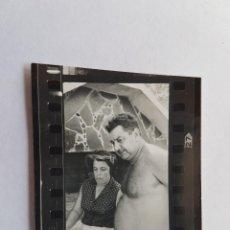 Fotografía antigua: MUJER Y HOMBRE CON TORSO DESNUDO, PEQUEÑA FOTO. SMALL PHOTO. PETITE PHOTO, WOMAN AND MAN WITH NAKED,. Lote 218649507
