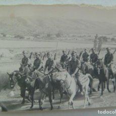 Fotografía antigua: FOTO DE MILITARES A CABALLO, ESCUADRON DE CABALLERIA , ROPA DE FAENA, 1955. Lote 218653167