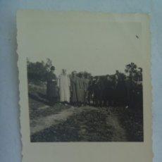 Fotografía antigua: PROTECTORADO : FOTO DE SEÑORES CON MILITARES Y MOROS . DE ROS , CEUTA. Lote 218672540
