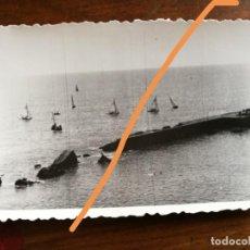 Fotografía antigua: ANTIGUA FOTOGRAFÍA. REGATAS EN GARRAF. SITGES. BARCELONA. FOTO AÑO 1949.. Lote 218816367