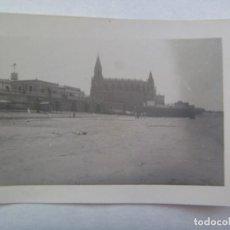 Fotografía antigua: FOTO DE CHIPIONA EL SANTUARIO AL FONDO. AÑOS 30. Lote 219022736
