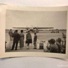 Fotografía antigua: MANISES VALENCIA. AVIÓN, FOTOGRAFÍA ANTIGUA DEL AEROPUERTO.. (H.1960?). Lote 219024396