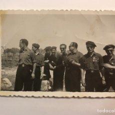 Fotografía antigua: FALANGE ESPAÑOLA DE LAS J.O.N.S, FOTOGRAFÍA ANTIGUA GRUPO DE MANDOS (H.1940?). Lote 219025851