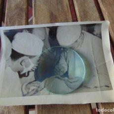 Fotografía antigua: FOTO FOTOGRAFÍA DE UNA OPERACIÓN MÉDICOS CIRUJANOS 180 X 130 MM. Lote 220851035