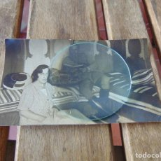Fotografía antigua: FOTO FOTOGRAFÍA DE MILITAR Y SEÑORA DESCANSANDO EN HABITACIÓN CON DECORACIÓN ÁRABE 140 X 80 MM. Lote 220851157