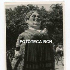 Fotografía antigua: FOTO ORIGINAL BURGOS FIESTA POPULAR PASACALLE MUJER CABEZUDO AÑO 1946. Lote 220943570