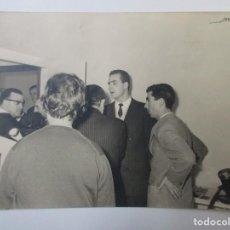 Fotografía antigua: FOTOGRAFIA DE LOS AÑOS 60 DEL REY DON JUAN CARLOS COIN VARIAS PERSONAS. 18 X 24 CM. FOT. LOZANO.. Lote 221687103