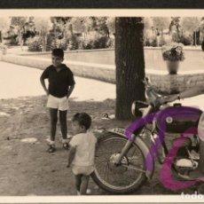 Fotografía antigua: FOTOGRAFÍA MOTO BULTACO LLEIDA MONTFALCO MURELLAT AÑO 1962 B/N 10X7CM LERIDA. Lote 221815550