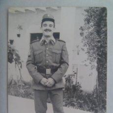 Fotografía antigua: FOTO DE UN MILITAR QUE, POR LOS ROMBOS, PARECE DE CABALLERIA, 1975. Lote 222074817