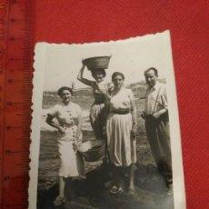 Fotografía antigua: FOTOGRAFIA MARISCARORAS A CORUÑA AÑOS 40/50 LA TORRE DE HÉRCULES. Lote 222162430