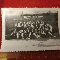 Fotografía antigua: FOTOGRAFIA GENTE VESTIDA CON TRAJE REGIONAL GALLEGO BETANZOS 1956. Lote 222163105