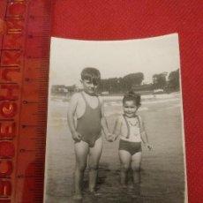 Fotografía antigua: FOTOGRAFÍA EN PLAYA 1953. Lote 222163417