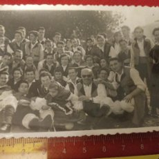 Fotografía antigua: FOTOGRAFÍA DE PERSONAS CON TRAJE REGIONAL GALICIA AÑOS 40/50. Lote 222163825