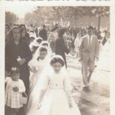 Fotografia antica: PRECIOSA FOTO. DESFILE DE NIÑOS, NIÑAS Y FAMILIAS CON TRAJES DE COMUNIÓN. AÑOS 50-60.. Lote 222308420