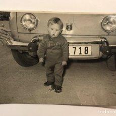 Fotografía antigua: NIÑOS, FOTOGRAFÍA ANTIGUA.., FRENTE AL VIEJO RENAULT.. DE PAPA... (H.1960?). Lote 222384570